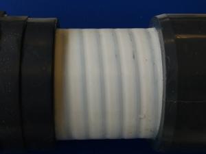 Photo de test au chlore sur tuyaux spiralés avec bouchons
